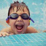 Cara Menyenangkan Melatih Anak Berenang