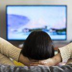 Lebih Baik TV di Gantung atau Menggunakan Meja Ya?
