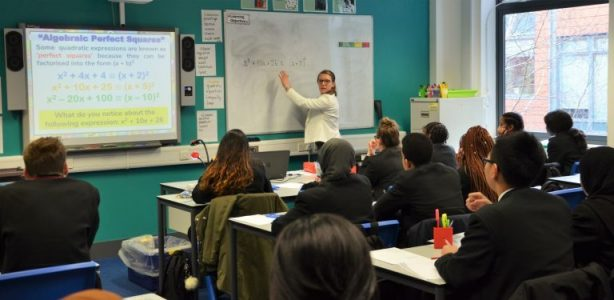 guru di depan pelajar