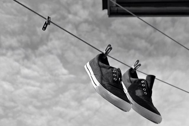 mengeringkan sepatu